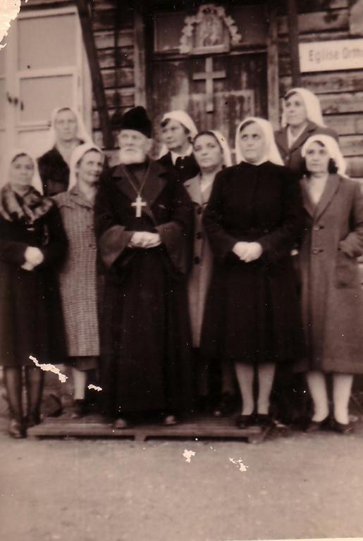 Священник с группой прихожан у здания русской православной церкви в лагере для перемещенных лиц в Куфштайне, 1945-49 гг.