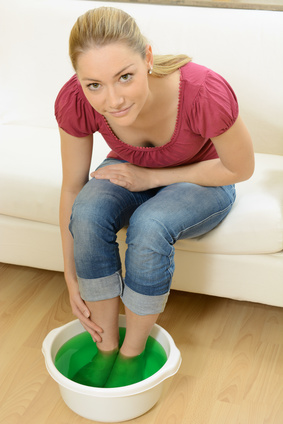 Dem Fußnagelpilz mit Fußnagelpflege und Balsambad begegnen, Zehnagel stärken