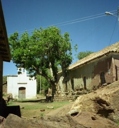 Centre de la communauté, hacienda et chapelle (décembre 2002)  Le centre géographique (et social) de la communauté se situe à 3 200 mètres. La superficie couvre environ 7,47 Km².
