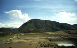 Le Pilima (avril 2004) A l'ouest, se trouve le Pilima au sommet arrondi d'environ 3 300 mètres d'altitude.