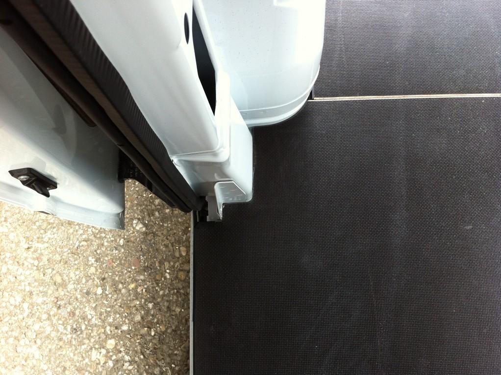 Detailausschnitt der Bodenplatte an Schiebetüre und Radkasten