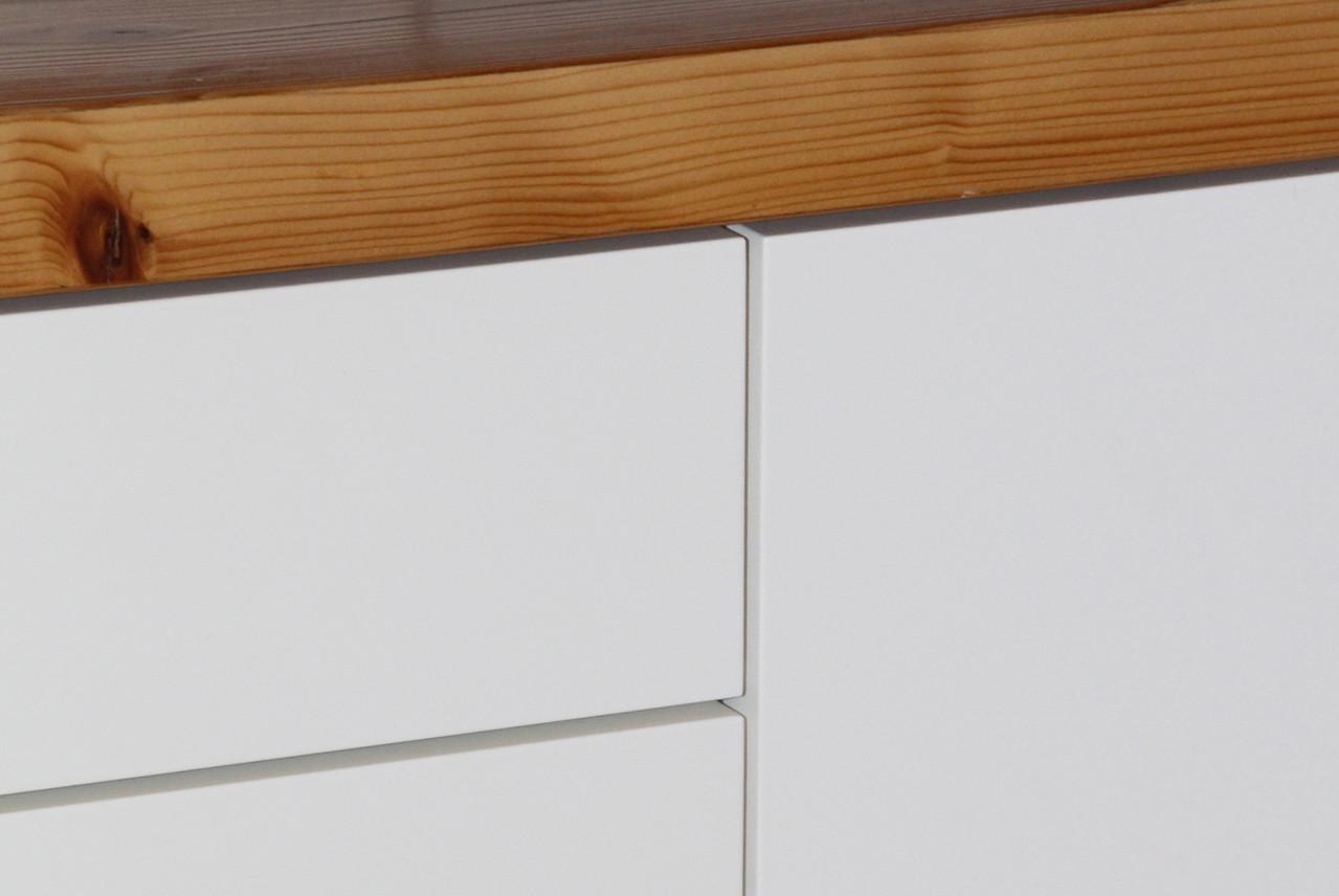 Exakte Arbeit mit nur 3mm Fuge zwischen Schubladen und Türen