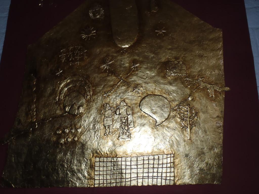 relieve de oro en el museo