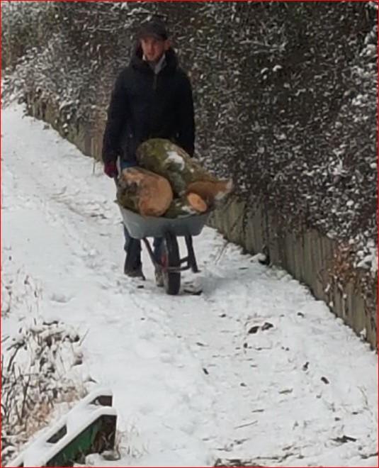 Und ab mit der Schubkarre durch den Schnee.