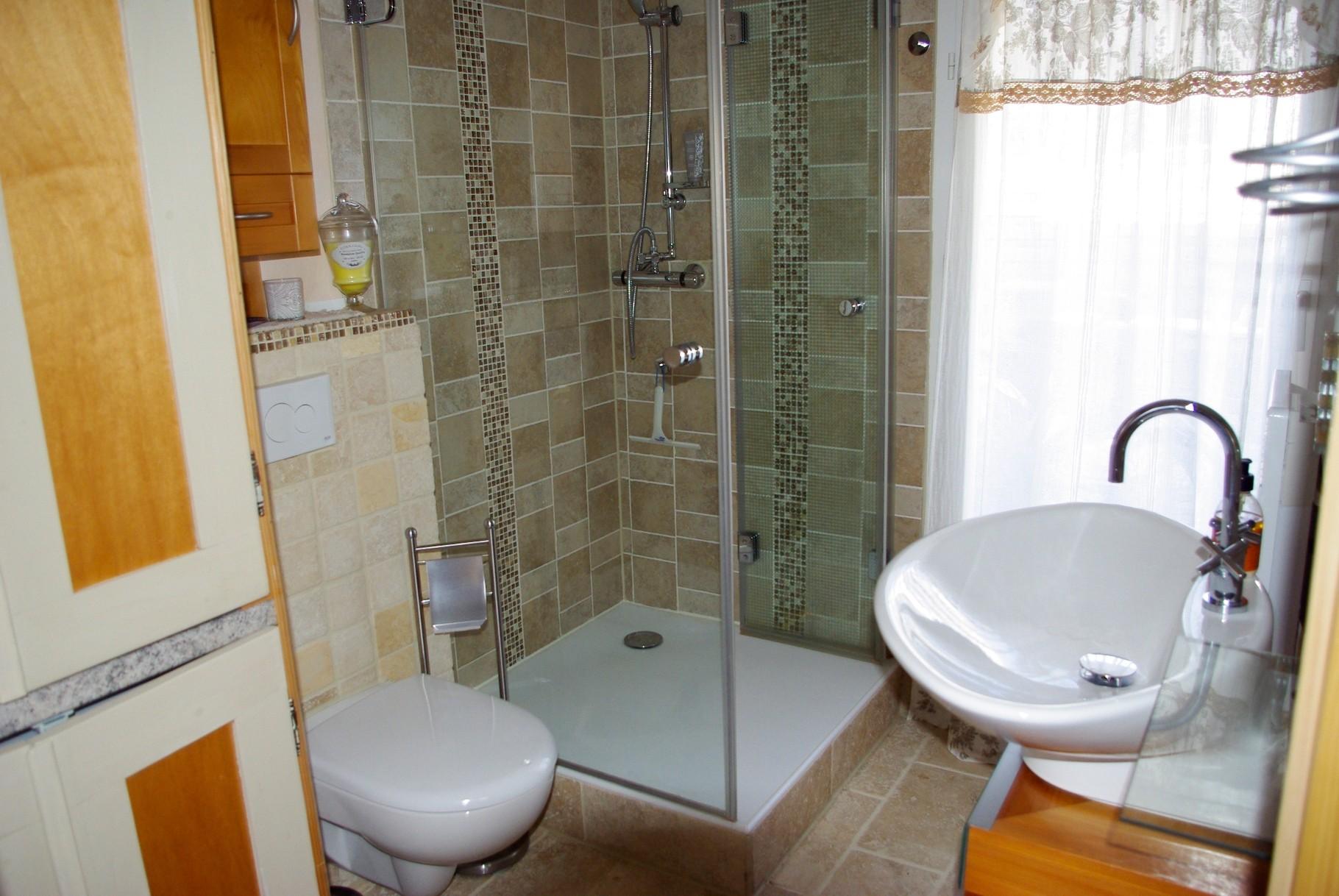 Gästebad mit Dusche Toilette Waschbecken