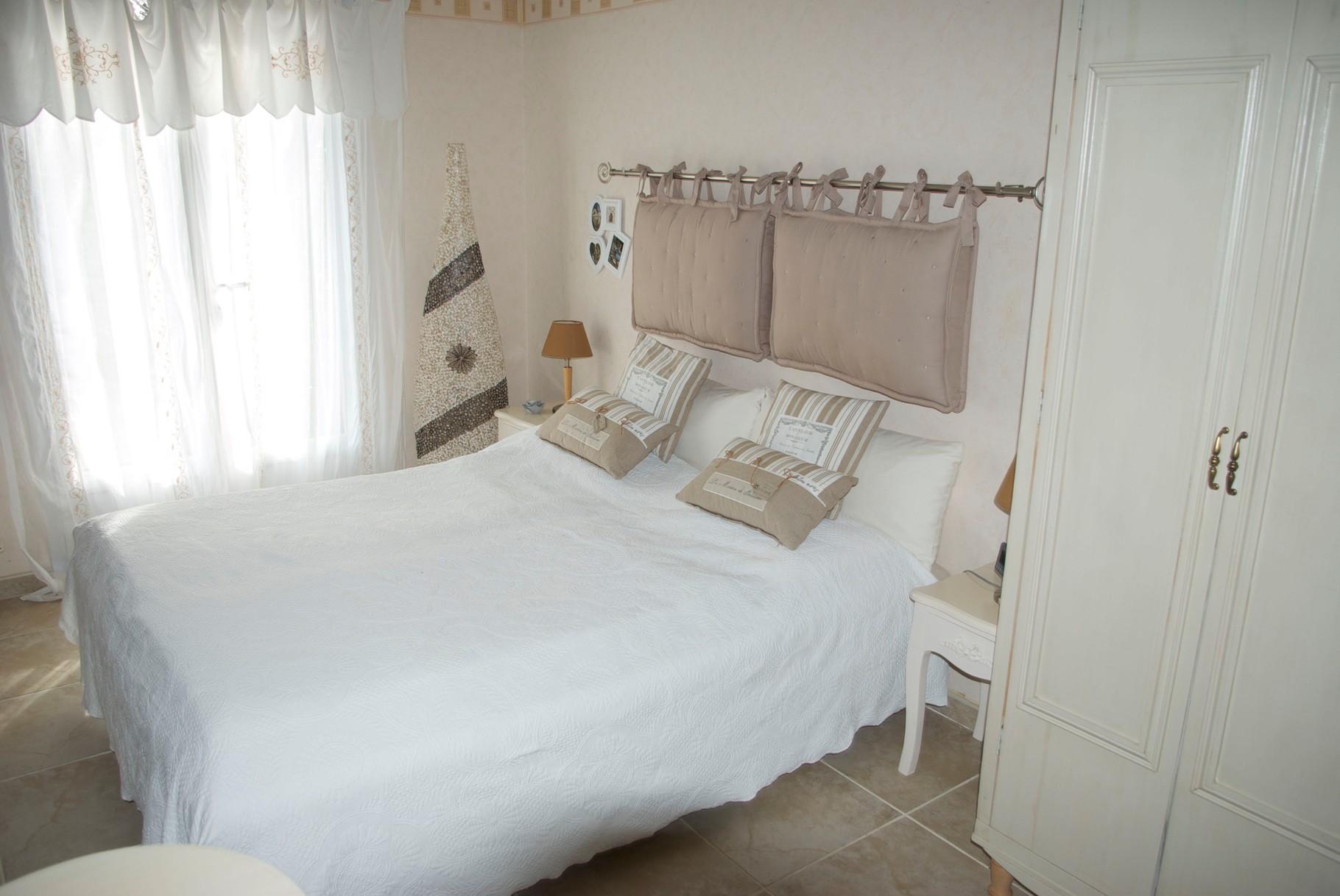 Gästezimmer mit Blick auf das französische Bett