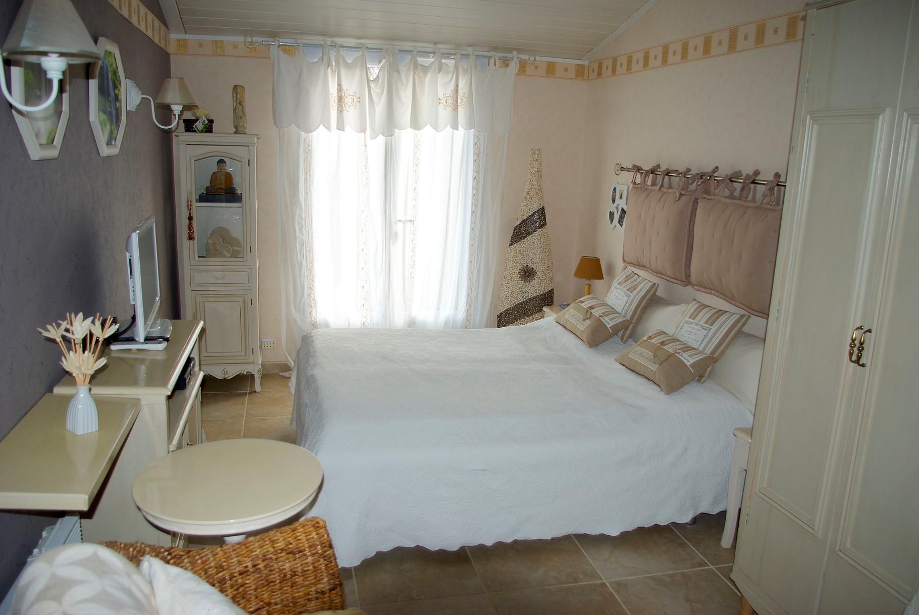 Gästezimmer mit französischem Bett