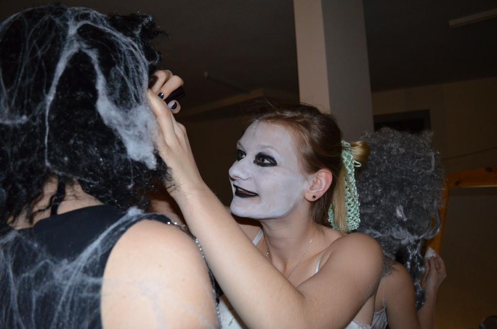 ... wir brauchen keinen Maskenbildner ;)