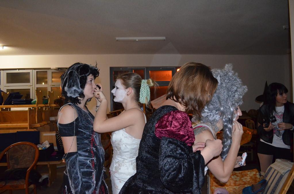 unsere Kostüme und Makeup machen wir alles selber
