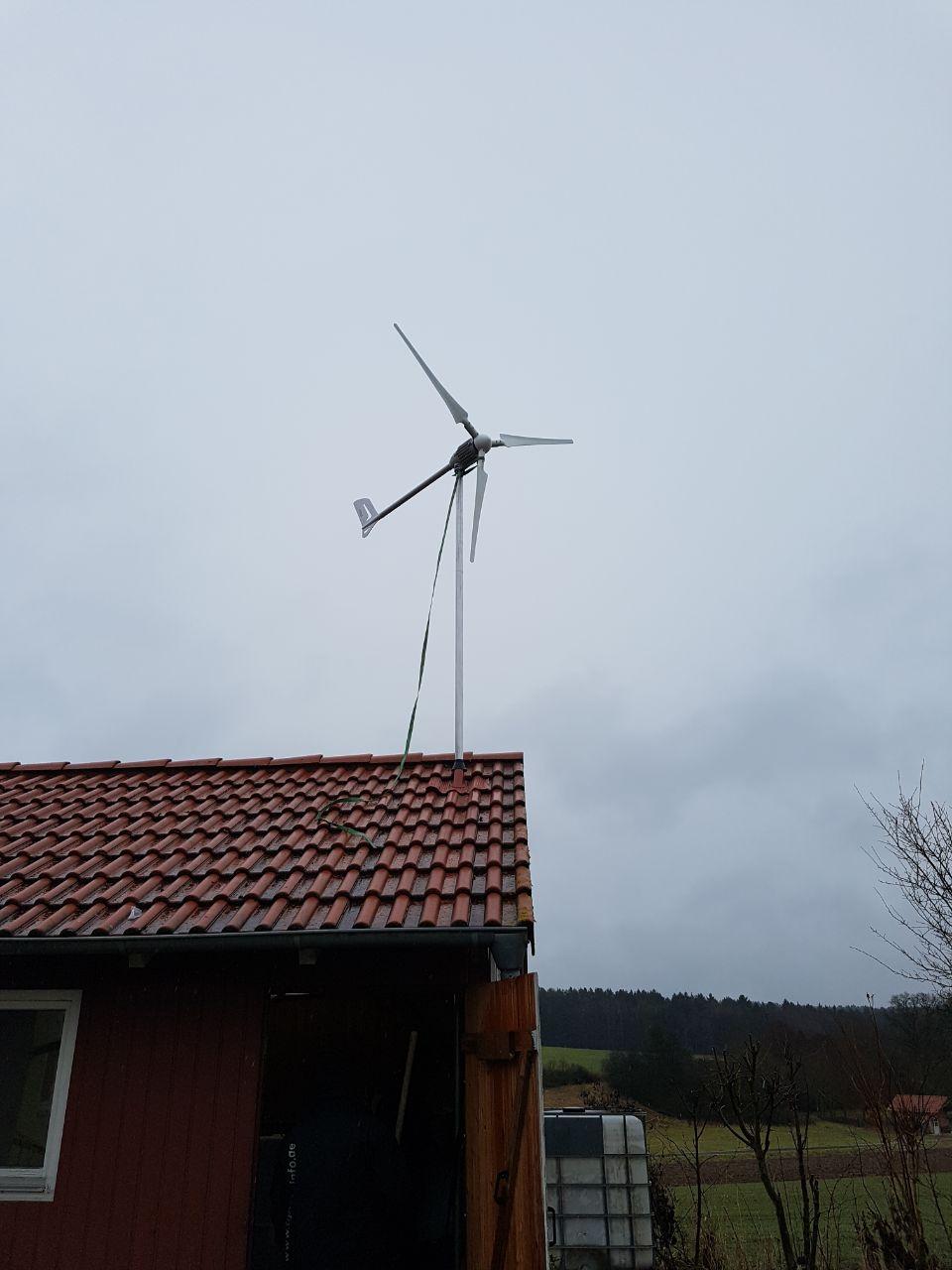 Windanlage auf dem Dach einer Garage