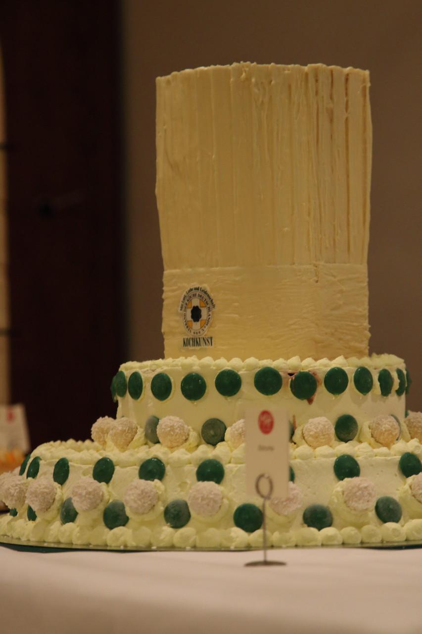 Walter Gauss kreierte eine attraktive und leckere Eistorte für das Dessertbüffet. Herzlichen Dank dafür!