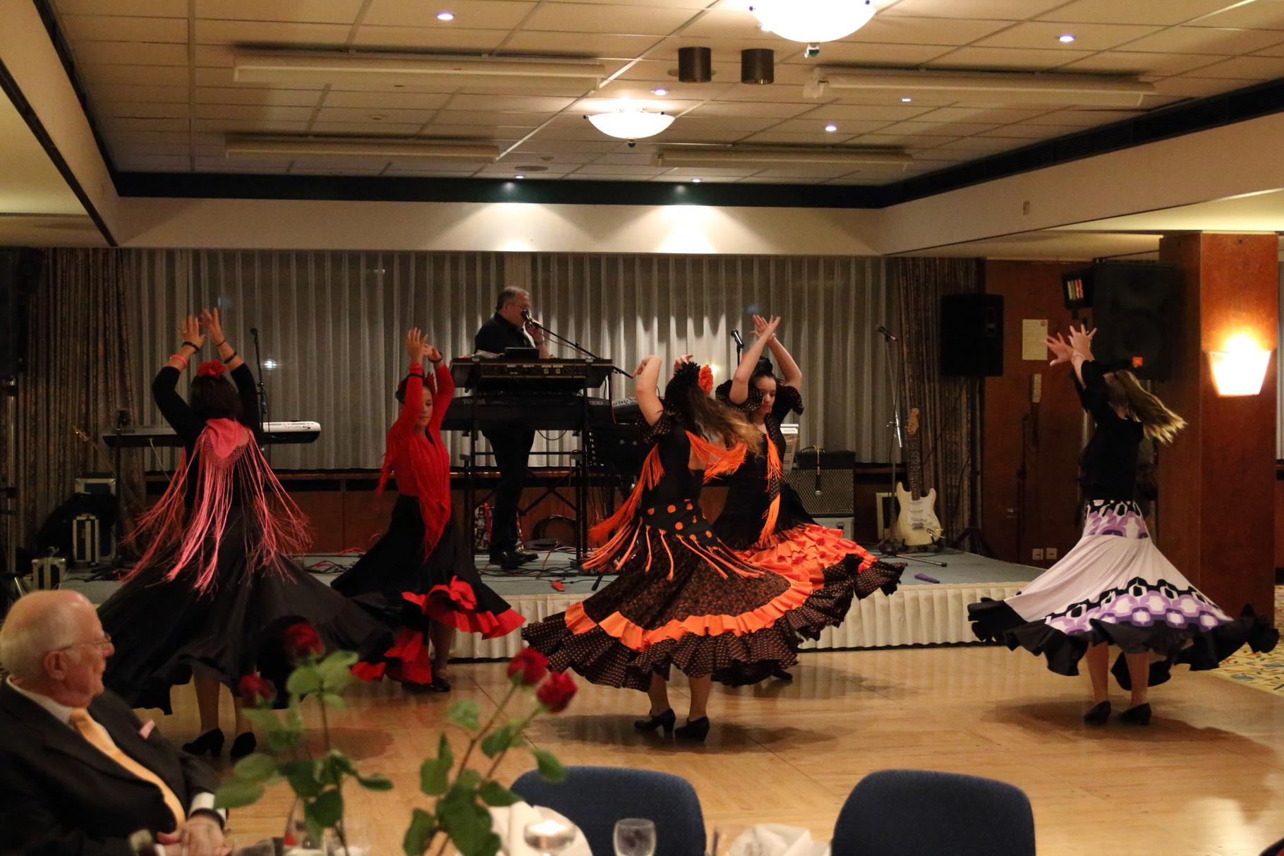 Die Flamencotanzgruppe gibt  den Takt für den Tanzabend vor