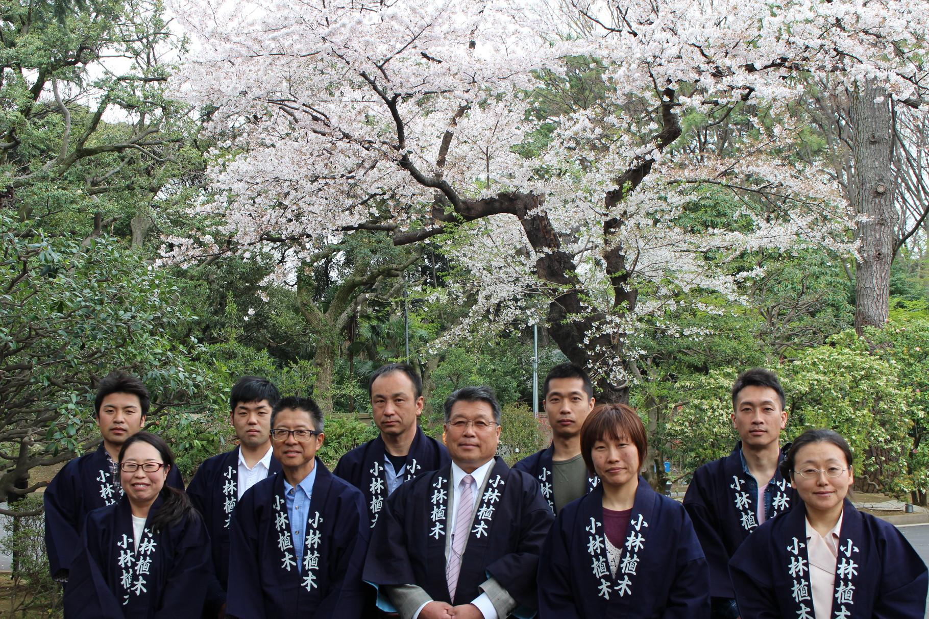 目黒区の東京庭園美術館の園庭にて記念撮影