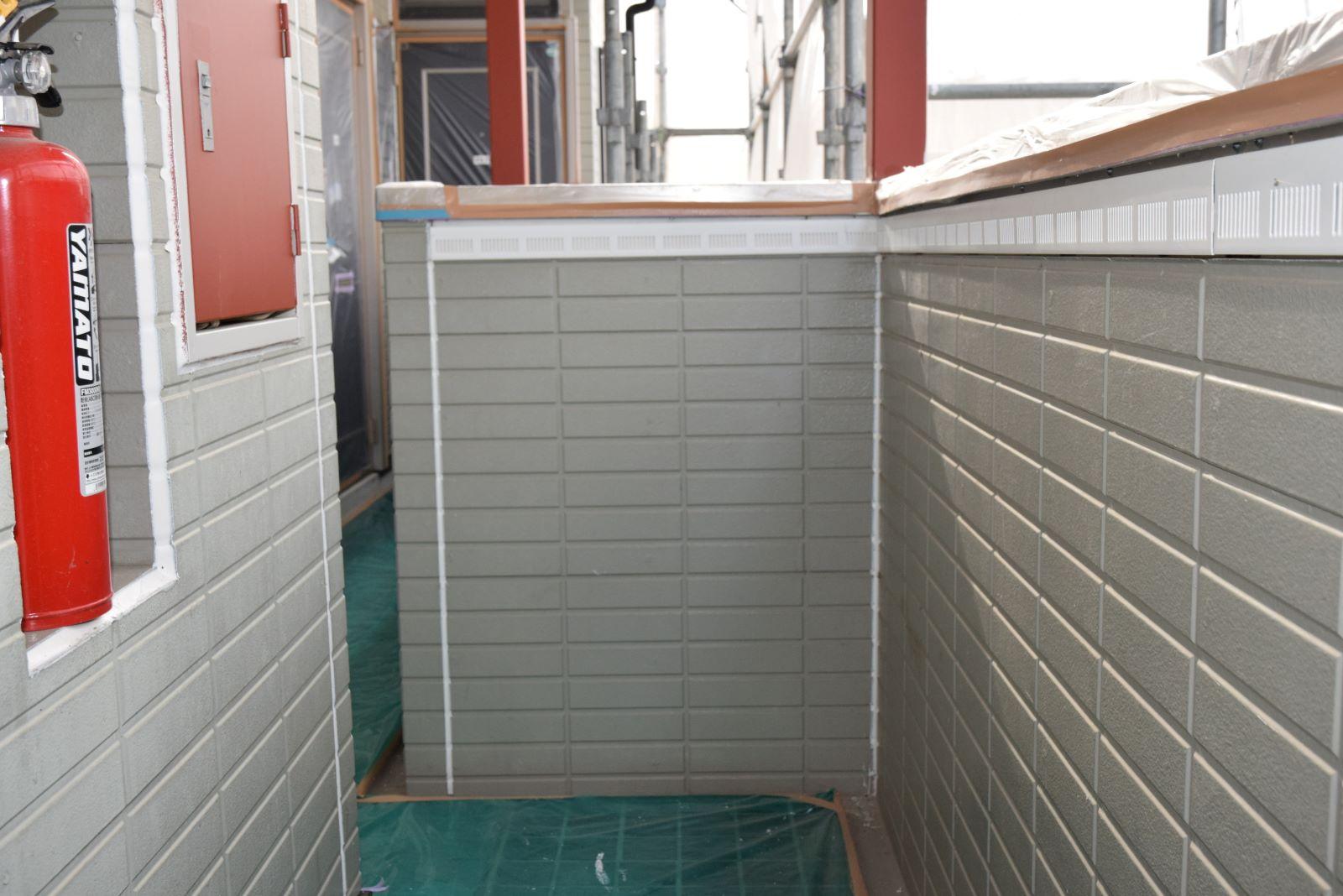 31 手摺壁の笠木下(白線部分)に『通気改良工法』が済んでいました。