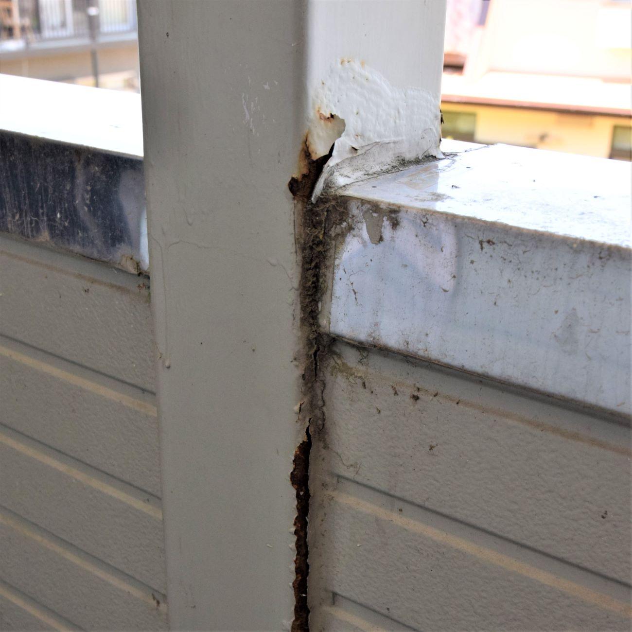 14 手摺壁と鉄柱の接合部です。同じくそれなりの劣化かな??