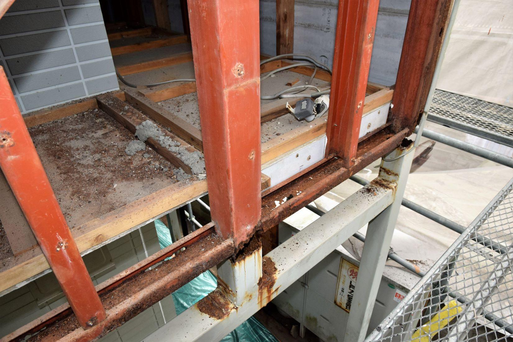 21 C型の横枠が上向きでヤバイ。その下端に壁材をビス打ちするためでしたが