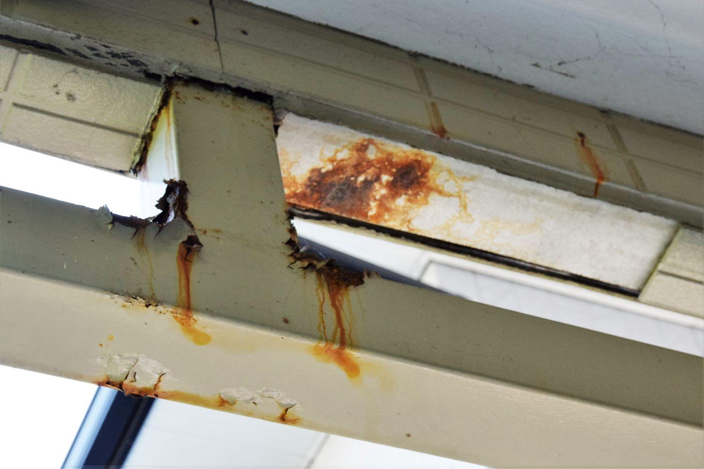 11 中側から見た覆っていた壁材の脱落個所です。錆は内部の鉄材からの貰い錆です。