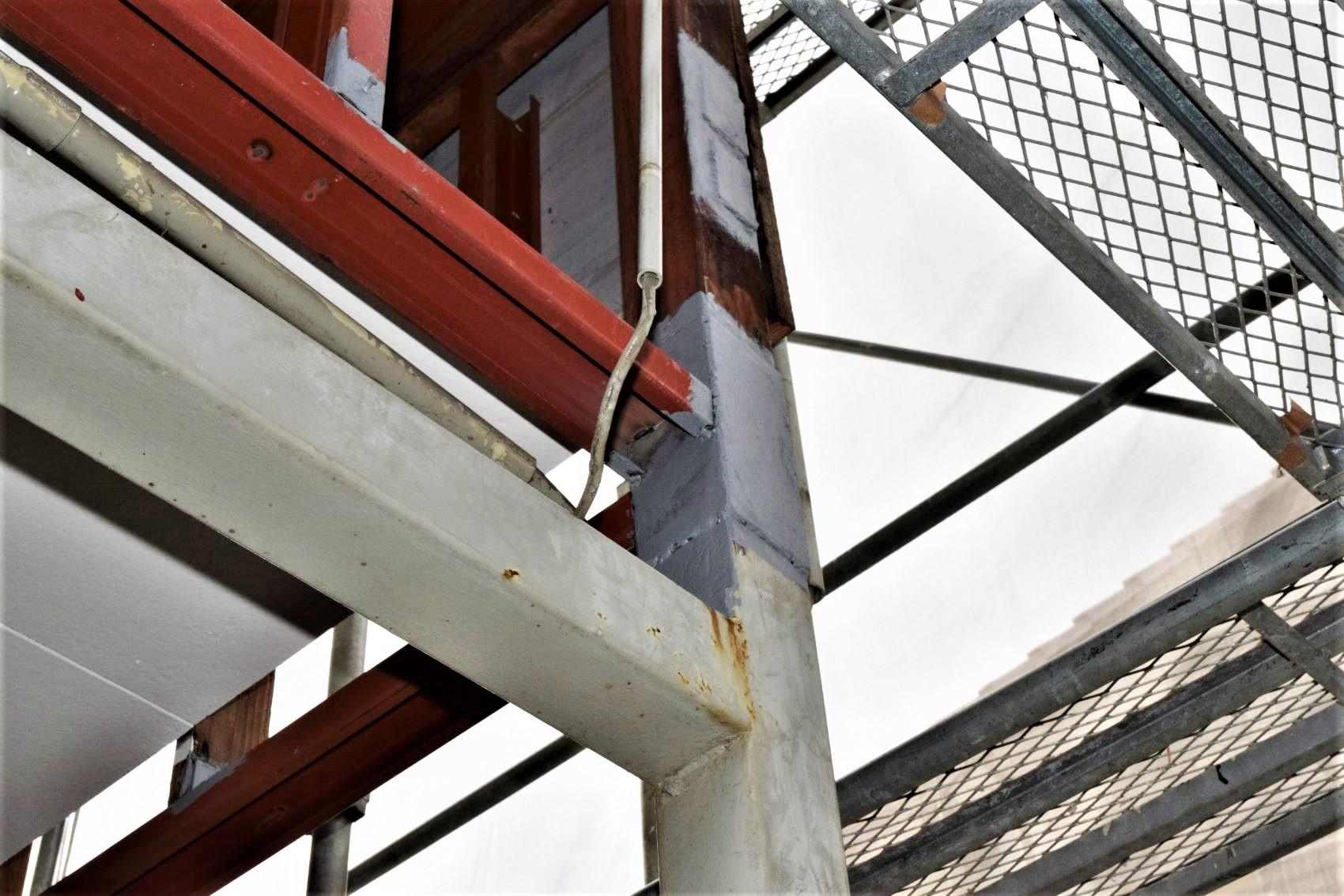 29 補強板を溶接したら防錆し、C形鉄枠も下向きに取付け