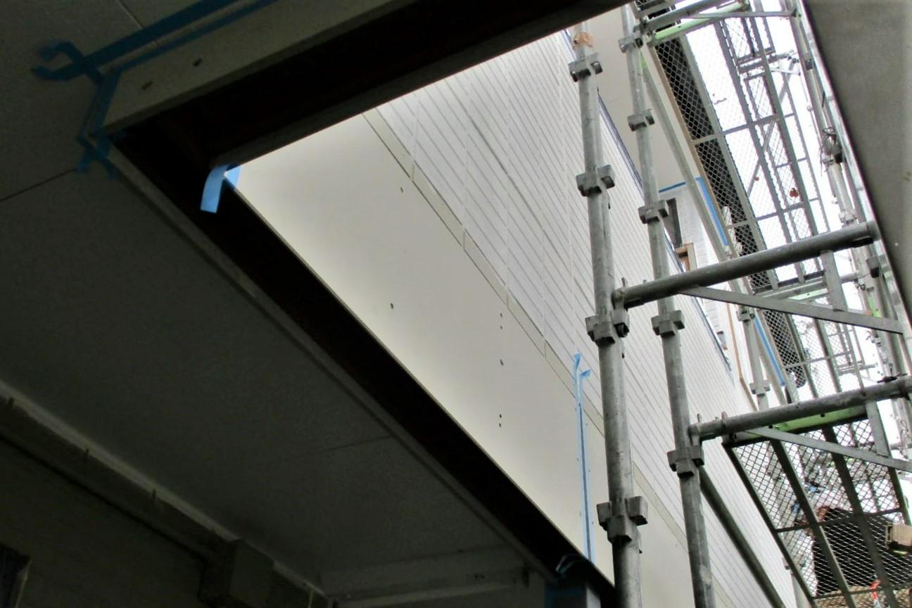 36 階下では新しい壁材や防水コーキングの打込み、そして塗装工程に