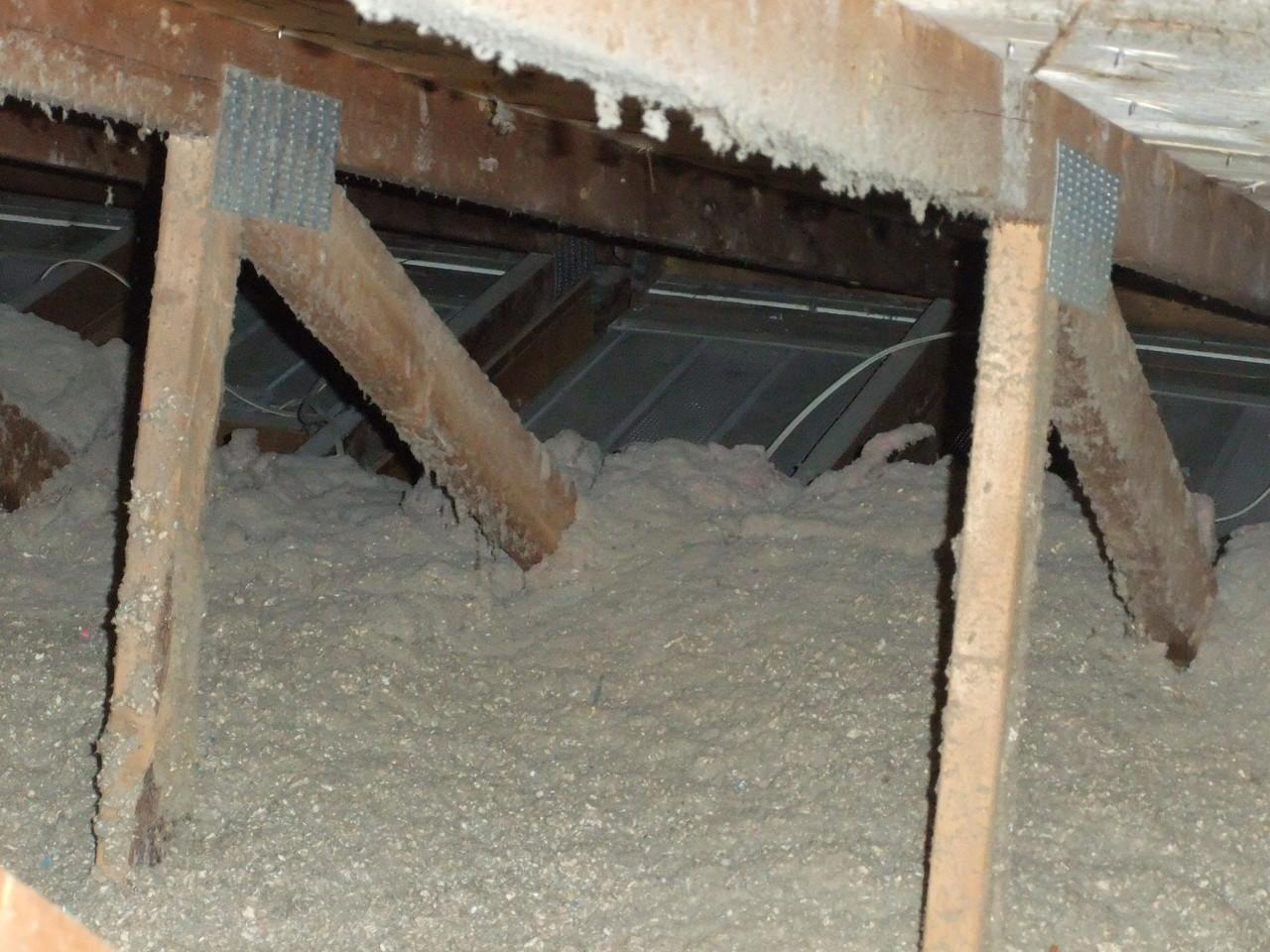 Isolant dans l'entretoit touchant au pontage du toit