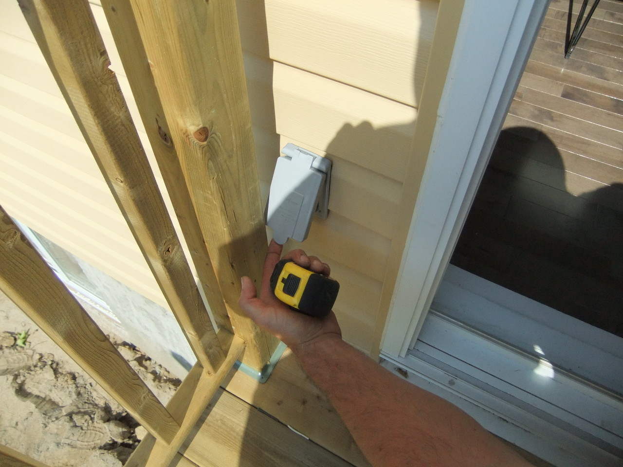 Vise de construction: porte pour prise électrique ouvre pas