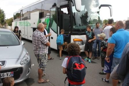 Les enfants montent dans le bus...