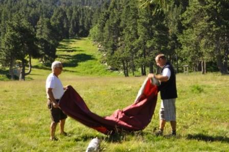Ce matin mercredi 23/07 des adultes aident les petits à plier les tentes du camping
