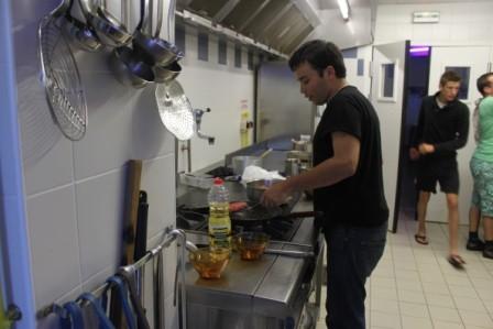 Le directeur lors du concours cuisine