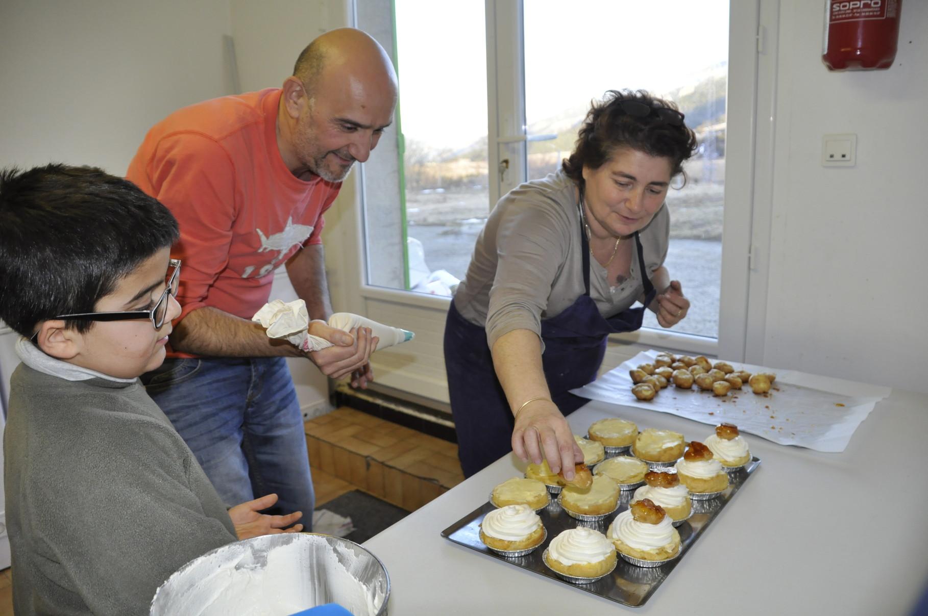 Laurent prépare les desserts sous l'oeil d'hélène