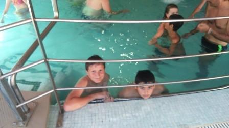 Les ados passent l'près midi dans les bains chauds de Llo