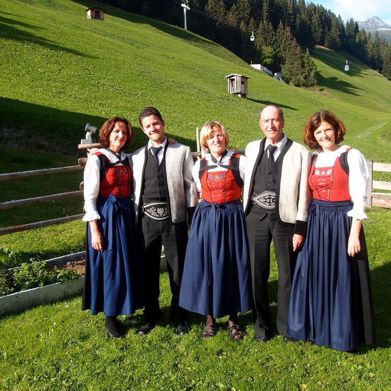 Anna und Walter Großgasteiger mit den Kindern Angelika, Werner und Erika