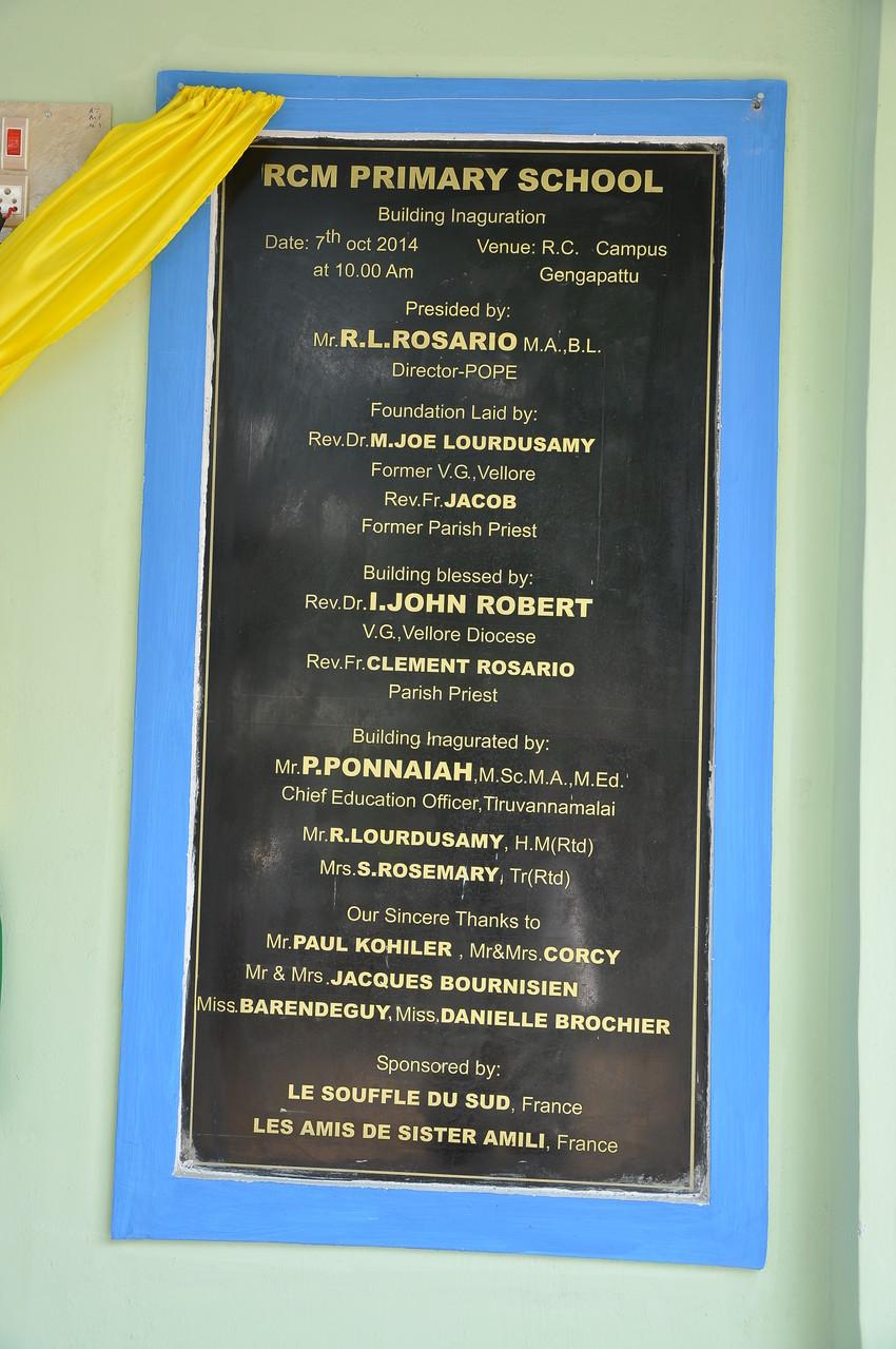La plaque avec les noms des donateurs ayant permis la construction de l'école