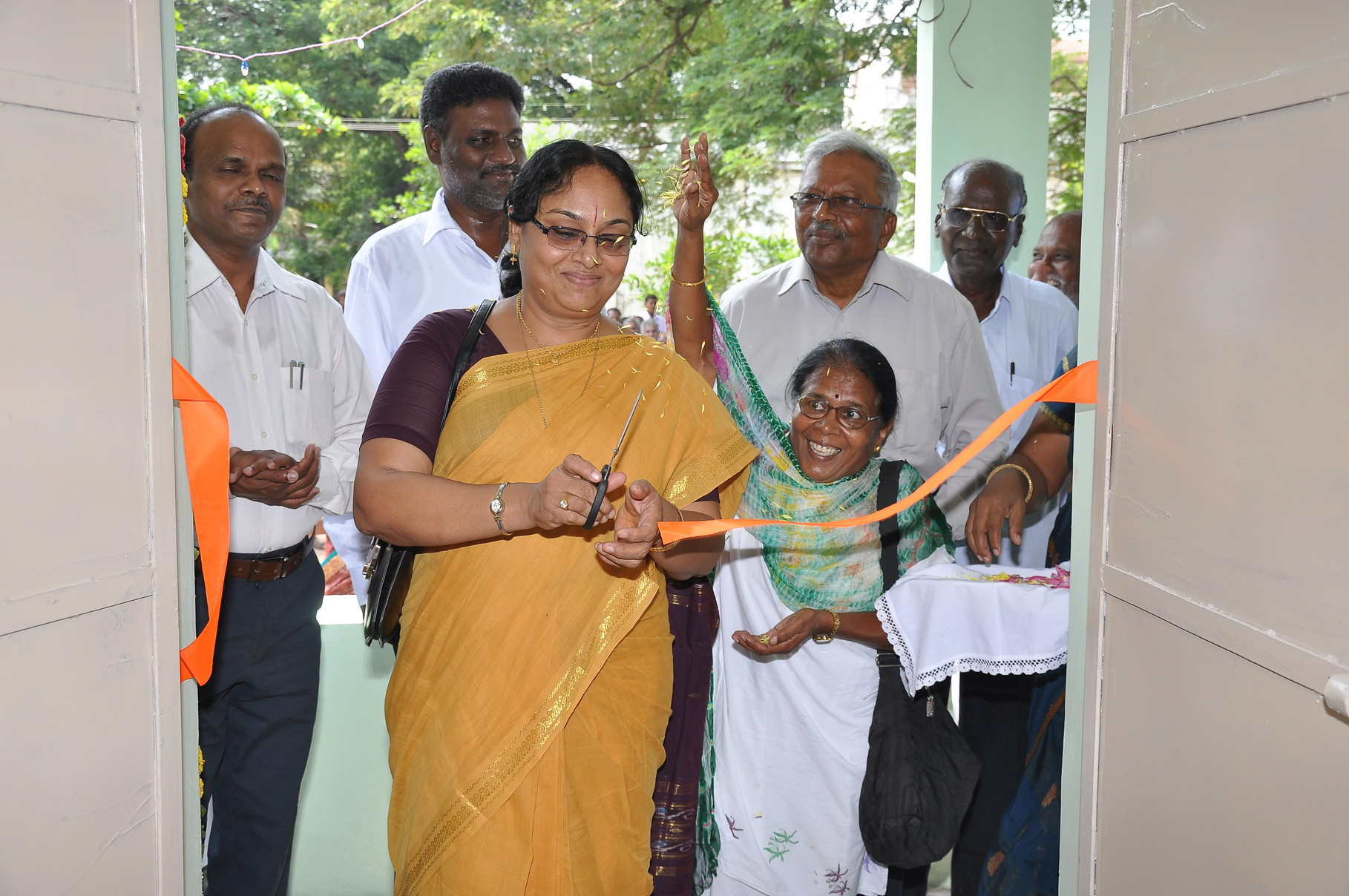 Découpe du ruban par Mme Kanaga Selvam Govindasamy, Conseiller auprès du Consulat français à Pondichéry