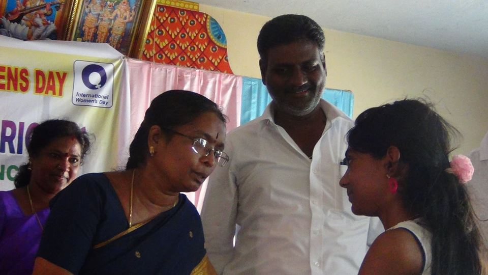 La préceptrice  adjointe (RDO) de Thirukovilur encourage les jeunes.