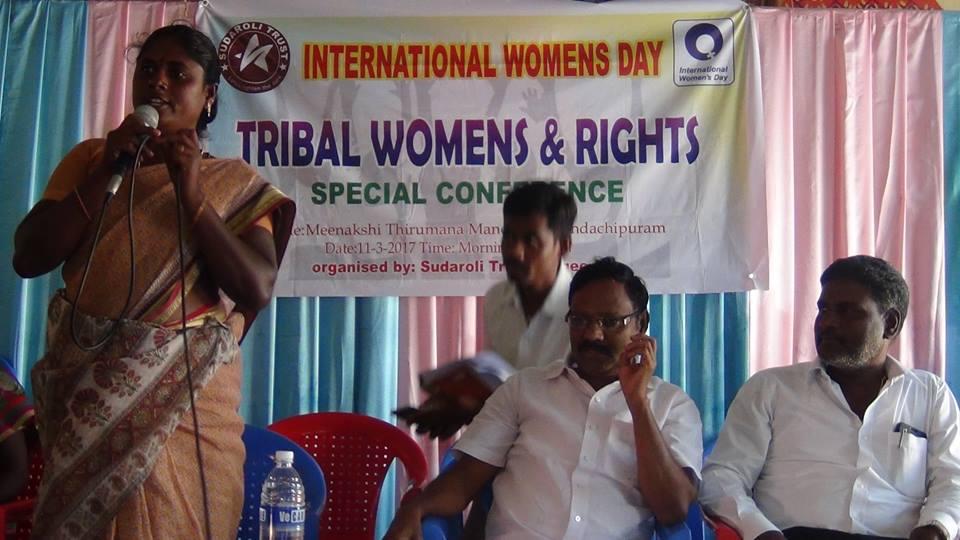 Le 11 mars POPE a été invité par l'ONG Sudaroli Trust à une Conférence sur les droits de la femme tribale à Kandachipuram, district de Villupuram.                Mme Sulliamma, organisatrice de la communauté tribale adresse un message de bienvenue.