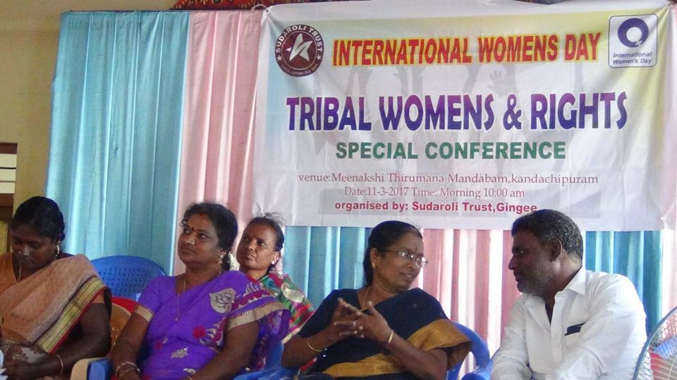 Discussion sur les droits des tribaux avec la préceptrice  adjointe (RDO) de Thirukovilur.