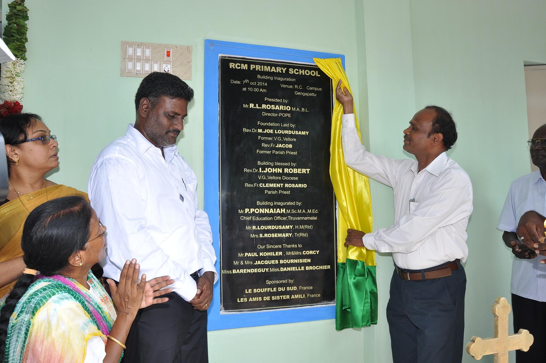 Découverte  de la plaque par M. P. Ponnaiah, Directeur  chargé de l'éducation dans le district de Tiruvannamalai