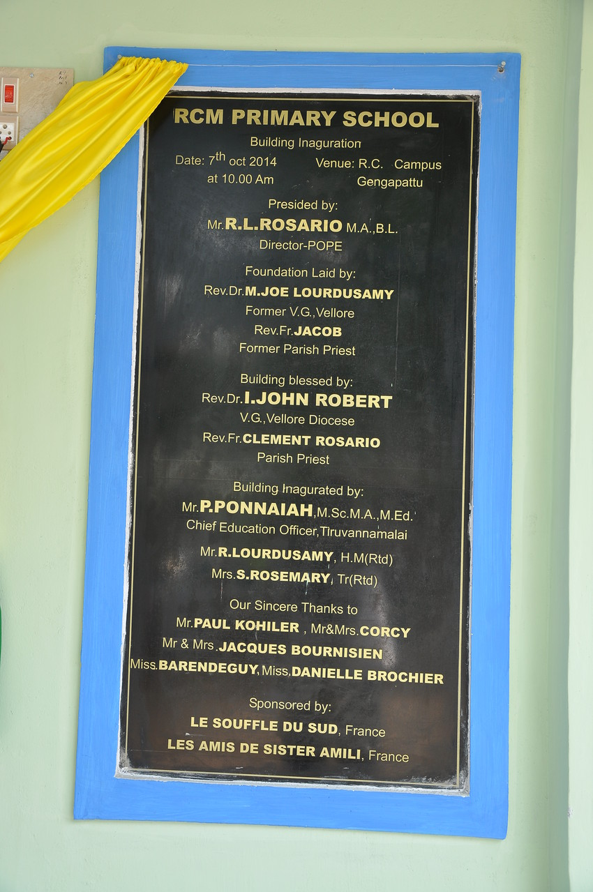 The plaque engraved with the names of donors  wich permit the construction of the school