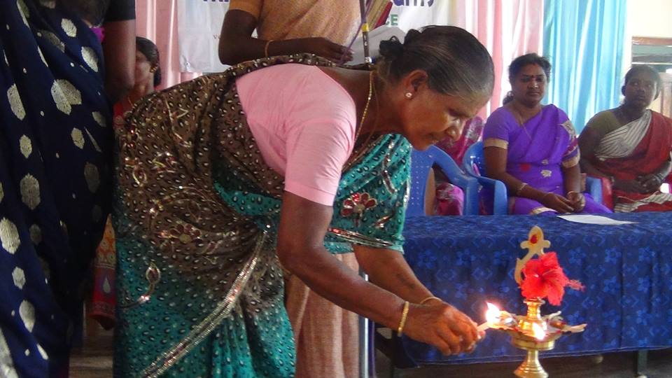 Une Dame de l'assistance procède à l'allumage des bougies.