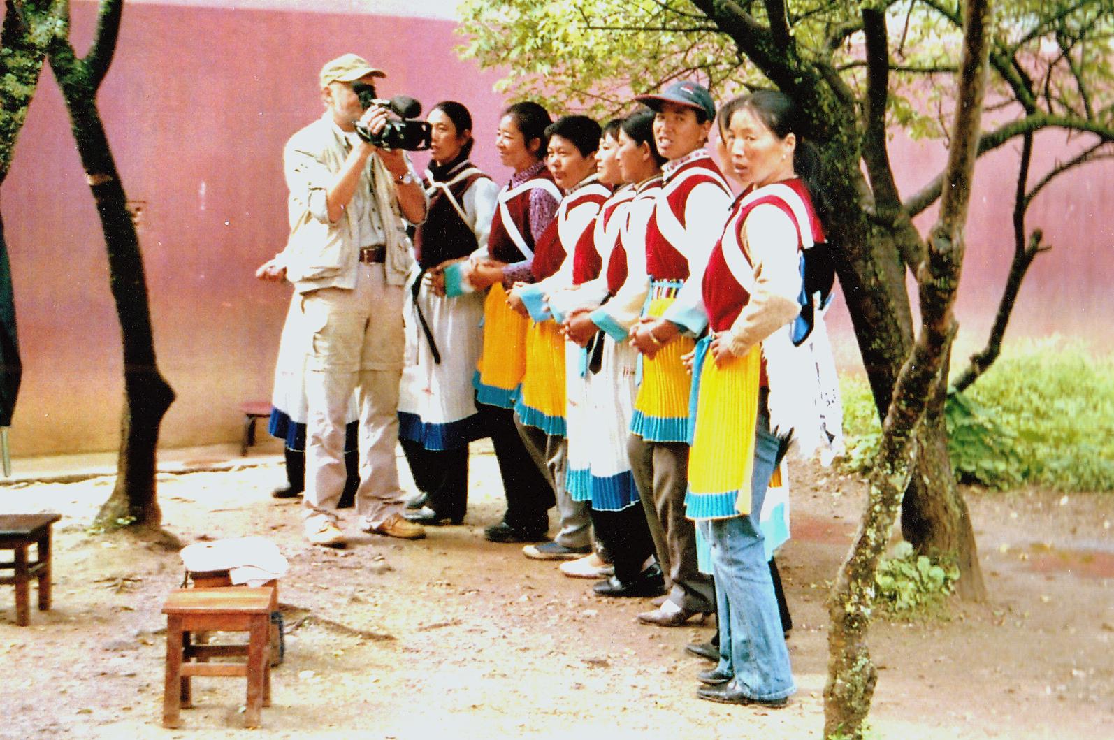 Tanz für die Besucher in Baisha, China