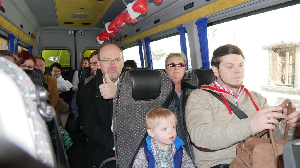 alle Mann an Bord....im Hochzeitsbus