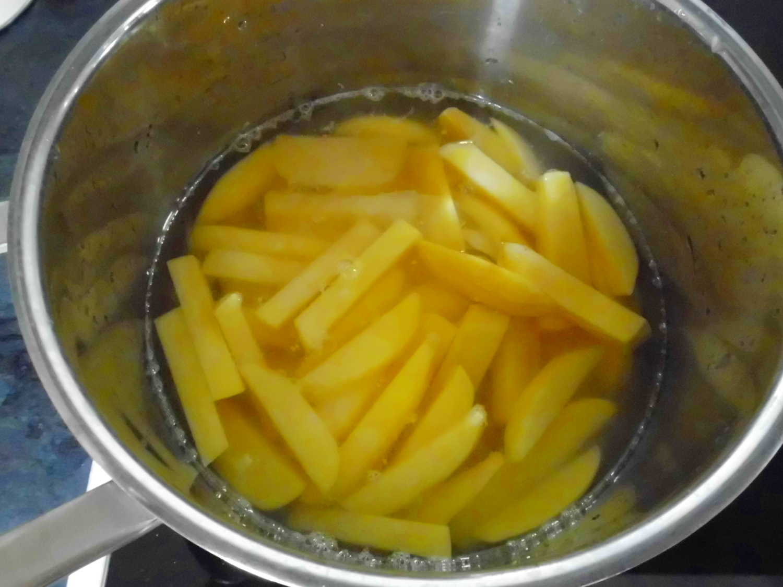 Die Spalten 5 Minuten in Salzwasser kochen