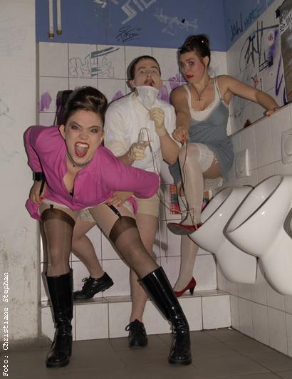 Ärzte ohne Ängste Die Ärzte ohne Ängste, ein kühner, medizinischer Aspekt der Sissy Boyz, sie werden verstärkt durch Frl. Gabi, treten auf Toiletten, in Kunstausstellungen, Partys, Bühnen und zu unmöglichen Momenten auf. Burlesque. A different concept.