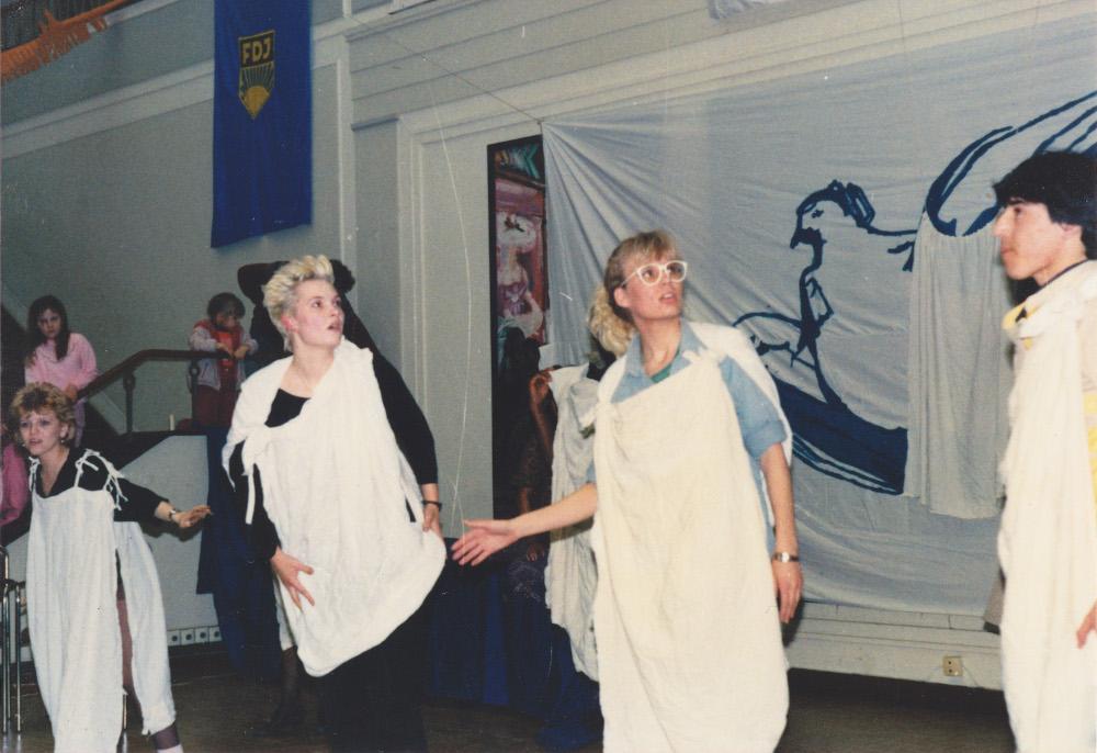 7. Kirsi (mittig) inszeniert an der Jugendhochschule ihr erstes eigenes Theaterstück. Copyright: Kerstin El-Sayed
