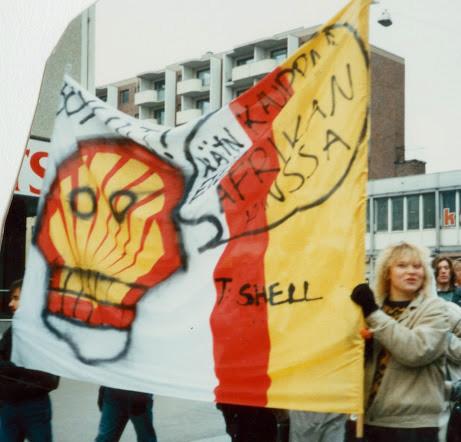 2. 1987: Kirsi mit 18 Jahren bei einer Demo gegen Shell. Die Flagge wurde in der Nacht an der Tankstelle geklaut und mit einem Totenkopf bemalt. Copyright: Minna Lehtinen