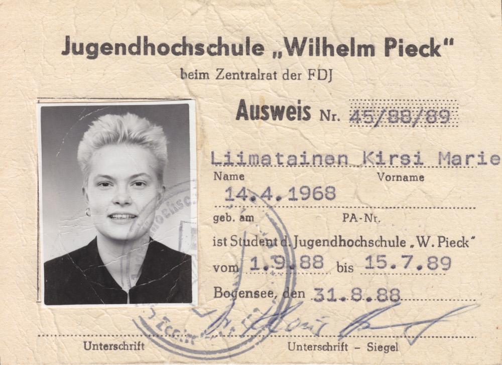"""3. Kirsi studiert von September 1988 bis Juli 1989 an der FDJ-Jugendhochschule """"Wilhelm Pieck"""" in der DDR die Lehren von Marx und Lenin. Wenige Monate nach Ende des Studienjahrs fällt im Herbst die Berliner Mauer. Copyright: Ilanga Films"""