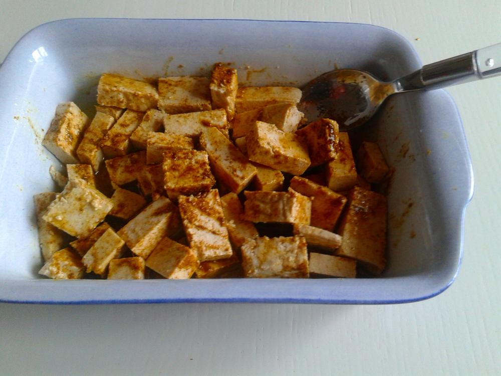 Tofu im Sud aus Olivenöl und Gewürze