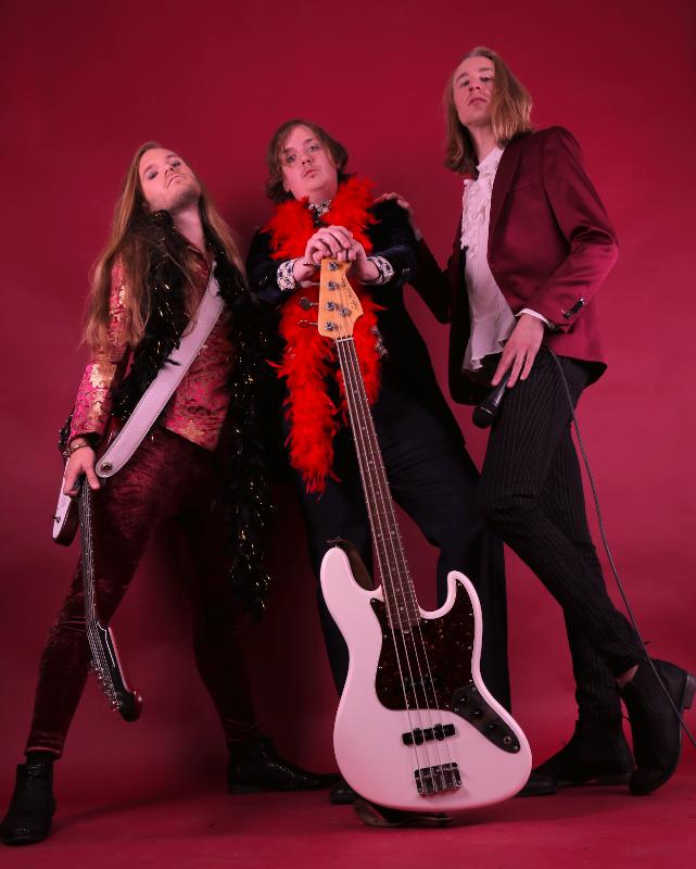 VELVET INSANE tun sich für ihre neue Single mit Dregen und Nicke Andersson von The Hellacopters zusammen!