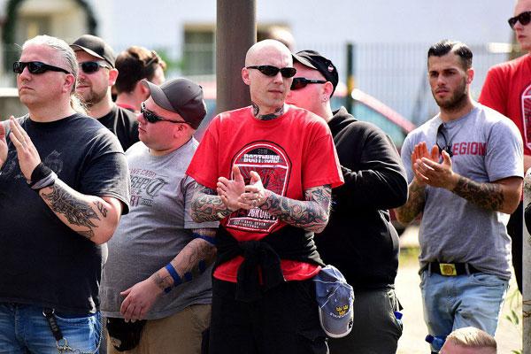 """Aufgrund der von Marko Gottschalk (mitte, rotes Shirt), Sänger der Dortmunder Band """"Oidoxie"""", nahm die Ruhrmetropole eine bedeutende Rolle in dem Netzwerk ein. Hier bei einer Neonazi-Demo in Dortmund 2016. Quelle: Recherche Nord"""