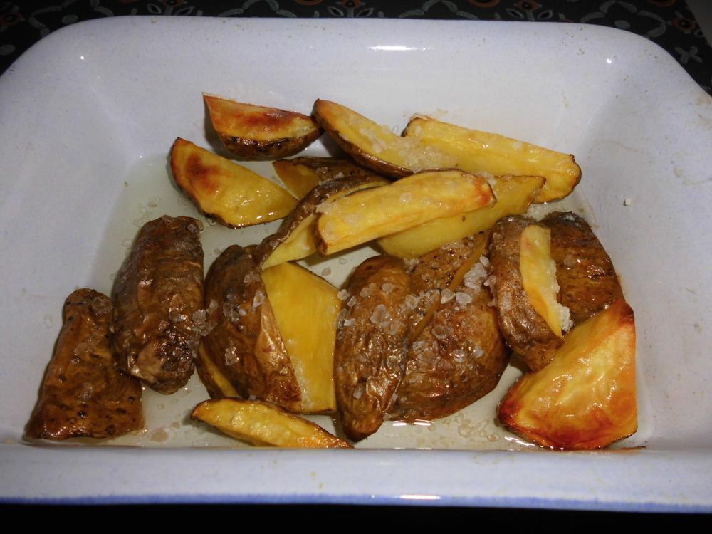 Die Ofenkartoffeln für mindestens 30 Minuten im Backoffen grillen